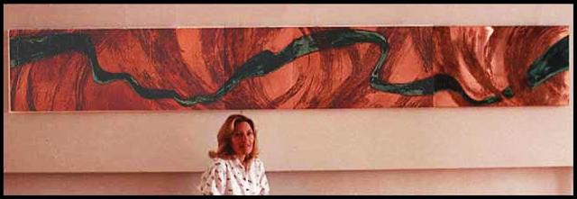 Jocelyne Aird-Bélanger devant la murale «Hommage à Gaston Miron» qu'elle a réalisée en 1988-89 pour le Centre hospitalier Laurentien à Sainte-Agathe-des-Monts.